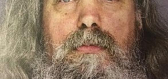 Lee Kaplan de 51 anos tinha 12 meninas vivendo com ele, entre elas crianças com idades entre 6 meses e 18 anos.