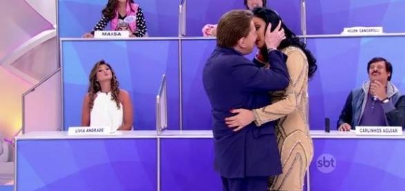 Silvio Santos e Hellen fingiram beijo (SBT/Reprodução)