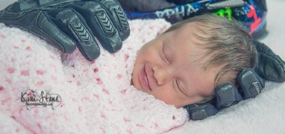 Aubrey nasceu um mês depois do seu pai morrer, por isso a foto em meio aos acessórios dele, luvas e capacete.