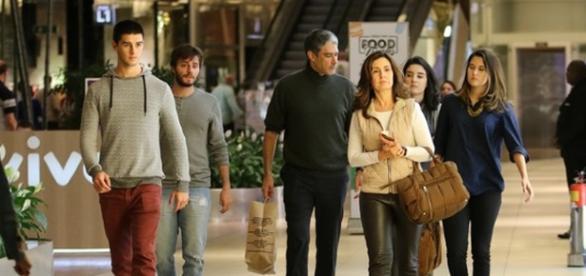 Fátima e William levam os filhos ao shopping para um passeio