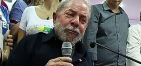 Luiz Inácio Lula da Silva faz pronunciamento
