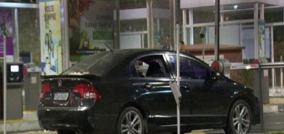 Veículo foi alvejado por pelo menos 15 disparos