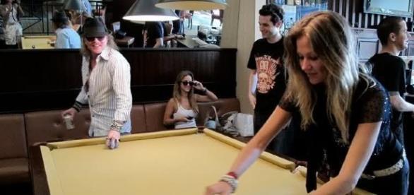 Ellen Jabour (à direita) jogando com Axl Rose (à esquerda) durante turnê do Guns N´Roses na Europa