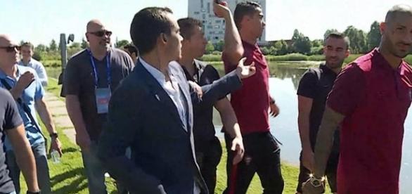 Cristiano Ronaldo atira microfone da CMTV a um lago.