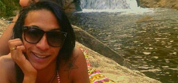 Lorran Lorang, de 19 anos, foi encontrada morta na Praça da Liberdade, em Petrópolis. A provável causa foi suicídio.