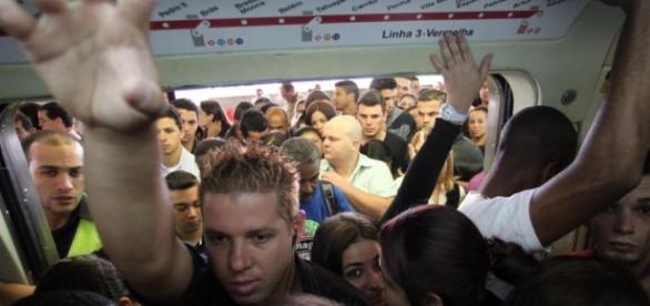 Metrô lotado e assédio são apenas alguns dos problemas do transporte público