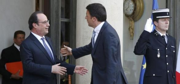 Renzi insieme al Presidente francese Hollande all'Eliseo