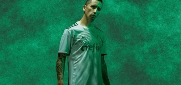 Lucas Barrios posa para a nova camisa do Palmeiras
