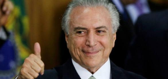 Michel Temer reajusta o Bolsa Família.