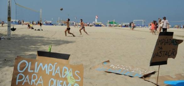 Muitos cartazes foram colocados na praia de Copacabana, mostrando a indignação dos brasileiros