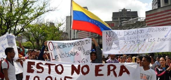 Según informan fuentes del gobierno, uno de ellos el Socialista Juan Barreto, afirma que se está negociando renuncia del presidente.