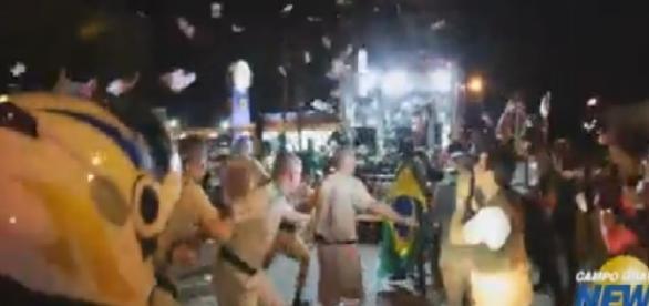 Populares são agredidos após jogarem notas na Tocha Olímpica