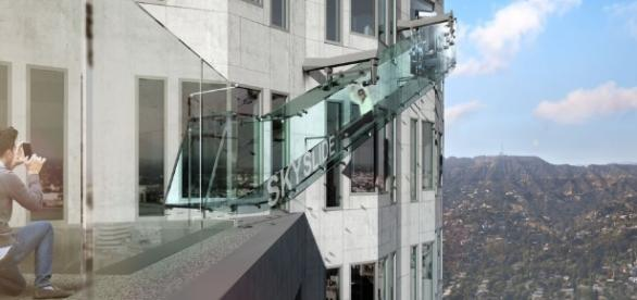 Un Tobogán De Vidrio A 1.000 Pies De Altura Sobre La Ciudad