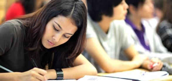 Estudiantes de la India exigen su derecho a copiar en exámenes