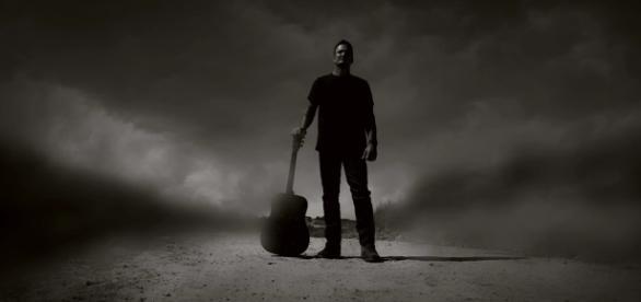 Guitarrista da banda em cena do clipe