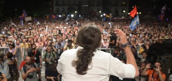 Il leader di Podemos, Pablo Iglesia, in un comizio elettorale