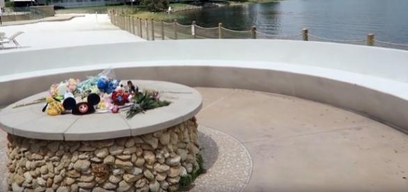 Um memorial em homenagem ao pequeno Lane Grave foi improvisado dentro do hotel da Disney, em Orlando