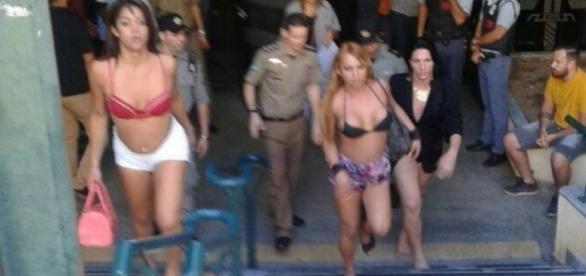 Veja o vídeo com o momento em que as travestis chegam para cobrar a dívida