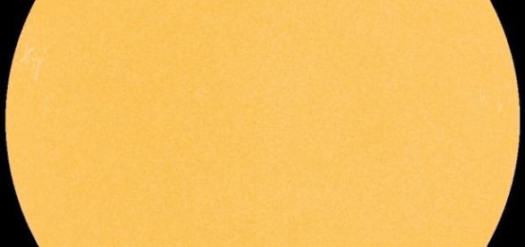 O Sol, nesta segunda-feira (27), sem manchas em sua superfície (Cortesia: SDO/NASA)