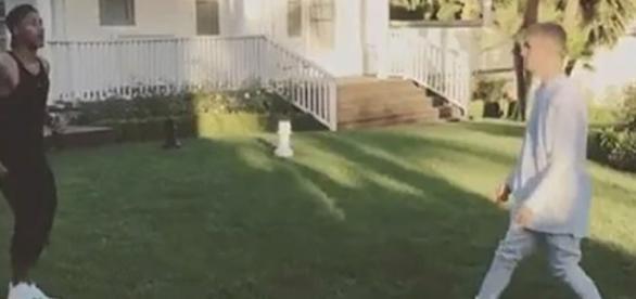 Justin e Neymar bateram uma bolinha na frente da casa do cantor