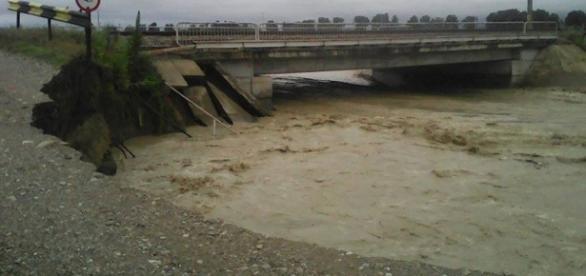 Pod şi drum surpat la inundaţii foto: Ministerul Transporturilor