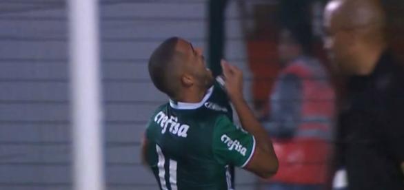 Thiago Santos comemora ao marcar o quarto gol do Palmeiras contra o Grêmio