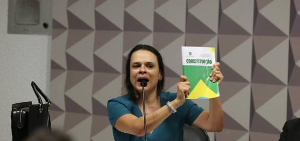 Janaína Paschoal é hostilizada por grupo de manifestantes