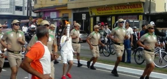 Tocha Olímpica passeia em Praia Grande/SP
