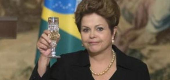 Dilma Rousseff exibe taça em evento na França - Imagem/Google