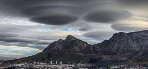 Nuvens em formato de disco voador chamam a atenção dos curiosos