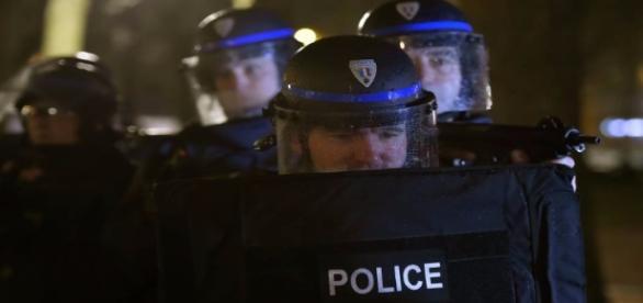 Polícia francesa em ação (Foto: Reprodução/Gazeta Esportiva)