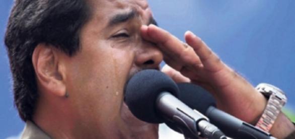 Presidente da Venezuela chora durante discurso