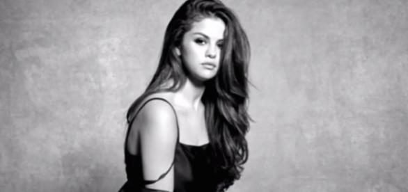 Selena Gomez no clipe Kill Em With Kindness