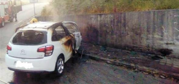 Após o embate, carro ficou ardendo