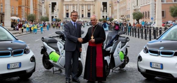 Arcebispo Rino Fisichella recebeu os veículos elétricos para o Jubileu da Misericórdia
