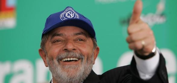 Lula lidera pesquisa de intenções de voto no 1º turno.
