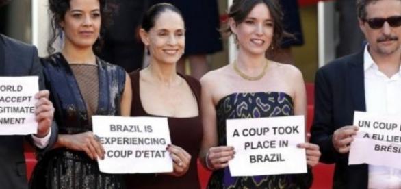 Sônia Braga faz protesto em Cannes
