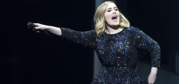 Adele dança hit das Spice Girls em Amsterdam