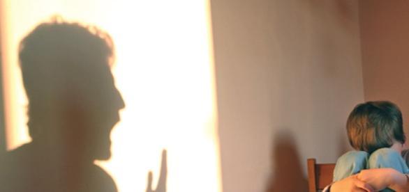 Copil ars cu furculița de propria mamă
