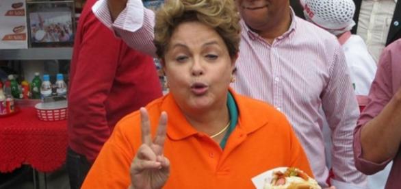 Dilma come cachorro quente em evento