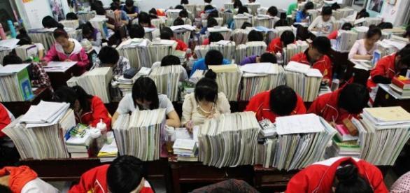 Jóvenes preparándose para el examen más difícil del mundo