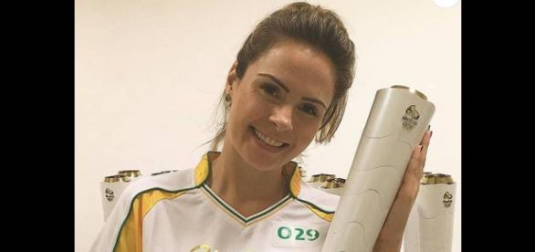 Ana Paula posa com a Tocha Olímpica.