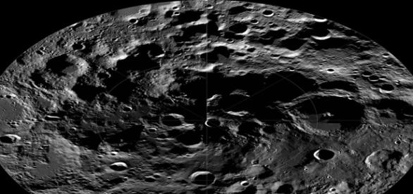 Cientistas acreditam que pode haver água congelada nos polos do satélite