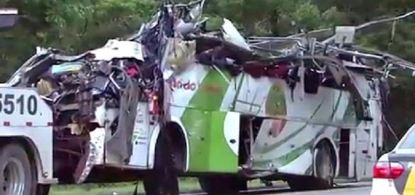 Ônibus ficou irreconhecível após acidente