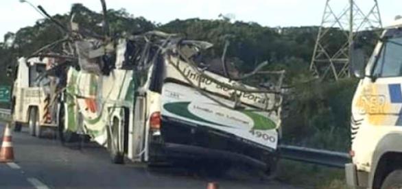 Ônibus sendo rebocado (créditos: correiobraziliense)