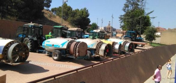 Los tractores de algunos de los manifestantes con sus respectivas atomizadoras.