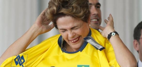 Dilma Rousseff tem dificuldade para colocar camisa