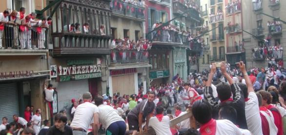 Na corrida de touros, em Pamplona, as ruas ficam tomadas de pessoas, aumentando os riscos