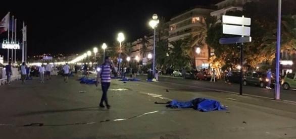 Corpos cobertos no centro de Nice após atropelamento por caminhão em alta velocidade (Foto: AFP International)