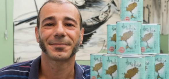 O rosto feliz de um homem que vende ar.